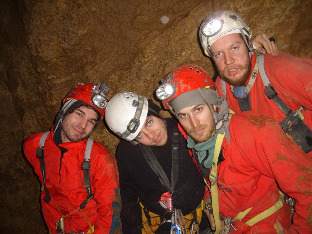 Ekipa na dnu jame